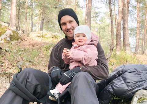 NY SJEF I SKOGEN: Morten Huseby Lie er den nye styreren i Svensrud natur- og idrettsbarnehage. Her er han sammen med datteren Ovidia.