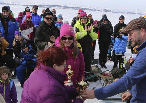 FIKK POKALER: Christina Fagerberg og Anja Olsen fikk flotte pokaler fordi de hadde «Vist størst fiskeglede».Alle foto: Asbjørn S. Torgersen.