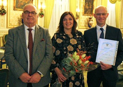 GLADE FORELDRE: Ellen og Lars Moen mottok stipendiet på vegne av sin sønn, Marcus. Kai Korsvoll (t.v.) sto for overrekkelsen.