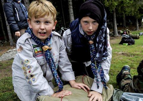 Noah Lyng Linden og Martin Arnesveen begynner å få teken på å legge sammen det store speiderteltet. Foto: Oda T. Westengen