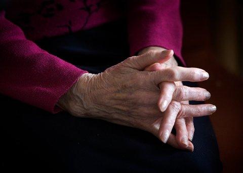 Må vente: En eldre kvinne fikk verken dusjet eller vasket klærne da hjemmesykepleien var innom i disse dager hvor det er innført vanningsrestriksjoner i kommunen. Sønnen reagerer voldsomt. Illustrasjonsfoto: Gorm Kallestad/ SCANPIX