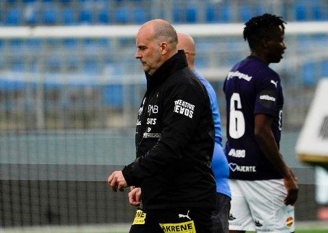 Gufs fra i fjor: LSK-trener Geir Bakke følte han så for mange bekymrede spillere i Drammen. Det han i alle fall så var et LSK-lag som i stor grad tapte kampen i åpningen.