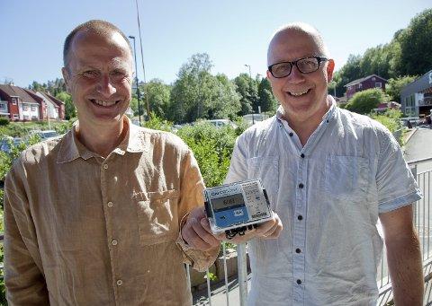 SAMARBEIDER: Nå settes det i gang med automatisk digital måling av vannforbruket. – Dette er et resultat av vårt fokus på digitalisering og innovasjon, sier daglig leder i Viva IKS, Vidar Gustavsen (t.h.), som har gått i samarbeid med Christian Aakermann og Hurum Energi for å digitalisere vannmålerne. Arkivfoto: Henning Jønholdt.