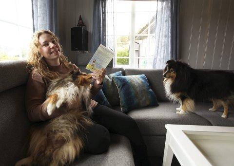 Hjemmekontor: Her i sofaen har Torill skrevet «Livet på Solhaug». Hun har selskap av hundene Charlie og Zimba. Foto: Lena Malnes
