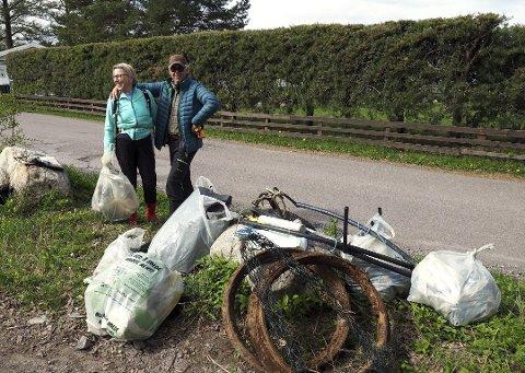 DUGNAD: Fjorårets strandryddeuke samlet mange frivillige i Sande i fjor. På Bjerkøya var blant andre Marianne Fossen og Odd Eivind Gabrielsen i aksjon. I år utsettes ryddeuka til høsten.