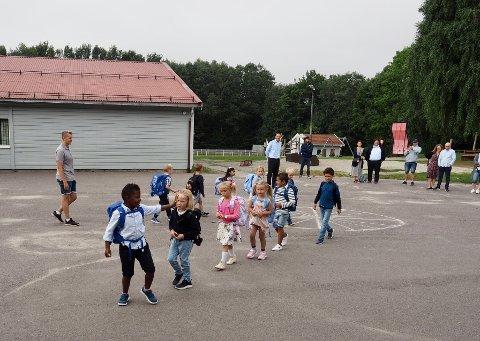 SKOLESTART PÅ HAGA: Noen vinker til foreldrene, andre er mer konsentrert for hva som nå skal skje. I bakgrunnen lærer Joakim Engen og rektor Tom Rune Gravningen (blå skjorte).