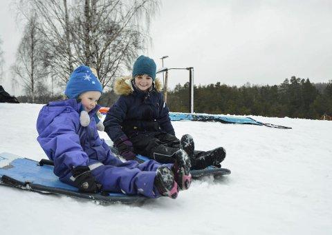 Suste utfor: Sigrid (4, t.v.) og Johanne (7) fra Larvik syntes ikke regnet var noe problem, og storkoste seg i akebakken i Storås lørdag. Begge foto: Hanne Bergby Olsen