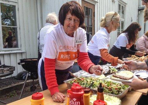 FRIVILLIG: Arnhild Andersen (70) er en av de rundt 20 frivillige ved dagsenteret. – Det gir meg mye å lære om andre, og kjempefint å være med de, sier Andersen, som møter opp fast hver torsdag og ellers når det trengs.