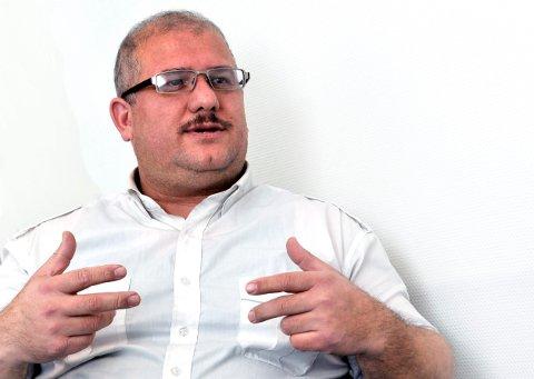 TAKKNEMLIG: Anwar Poya, leder i kurdiske kulturforeningen i Østfold, kom selv til Norge som kvoteflyktning. Nå vil han takke alle som gjort noe for flyktningene som kom til Kolstad.