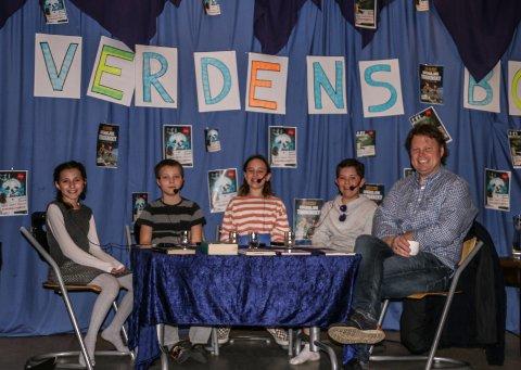 MANGE SPØRSMÅL: Jørn Lier Horst ble bokbadet av Tea Kasapolli (11), Wiktor Maciej Mejza (10), Anne Sophie Svendsen Nikqi (10) og Martin Traa Magnussen (11) i klasse 5A.