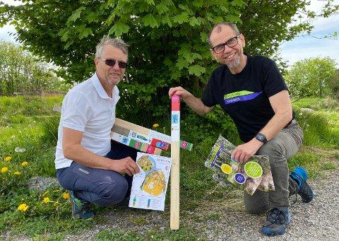 STOLPEJAKT: Kjell Einar Andersen (t.v.) og Ole Henrik Andersen i Sarpsborg Idrettsråd har satt ut nye stolper til årets stolpejakt.
