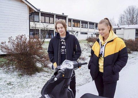 Venter på sommer: Oskar Myrvang (16) og Victoria Gundersen (17) fra Askim skulle ønske at det var sommer slik at de kunne brukt mopedene sine for å komme seg rundt.