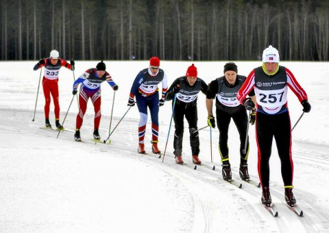 I FJOR: Rundt 150 deltakere stilte til start i Balglerrennet i fjor. På dette bildet er Rune Nygård (fremst) fra Skiptvet IL i front. Søndag 10. februar blir det nytt Baglerrenn.