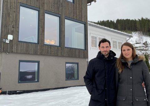 TO STILAR: Det ser ut som to hus utvendig. Den vesle kvite stova og det meir moderne tilbygget. Sondre Dalaker og Siri Espedal Vold, er godt nøgde med det nye huset sitt.