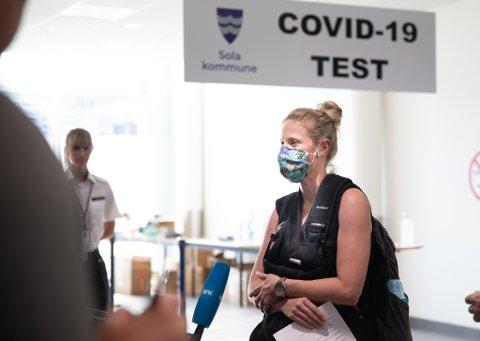 Yvonne Eidem kom mandag kveld hjem fra Tyskland og ble den første (etter ordføreren) som fikk teste seg på kommunens nye testsenter på flyplassen.