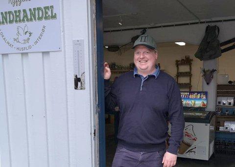 SKAPAR SIN EIGEN ARBEIDSPLASS: Øyvind Stuvik har skapt jobb både for seg sjølv og tre andre med landhandlar og kajakkturar. Her i den nyopna butikken i Lysebotn.