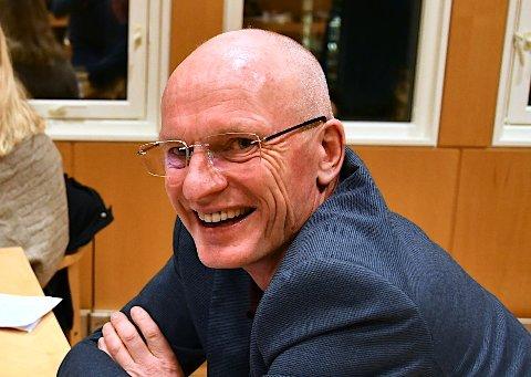 TUPPEN OG LILLEMOR: Gaute Hauge meiner ordførarane i Hjelmeland og Sandnes minner litt om to småjenter i ein barnesong, men sat roleg i båten saman med resten av formannskapet.