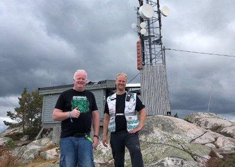 TIL TOPPS: Festivaldeltager Jan Børge Lunde (t.v..) ble dagens redningsmann i dag. Her ved Telia-masta på toppen av Skuggenatten der hovedsikringen gikk. Foto: Privat