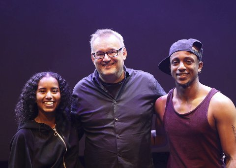 SAMARBEID: Forfatteren Bjørn Sortland har jobbet sammen med danserne Miko og Abir på en emosjonell forestilling om det å være flyktning. Foto: Eirik F. Edvardsen