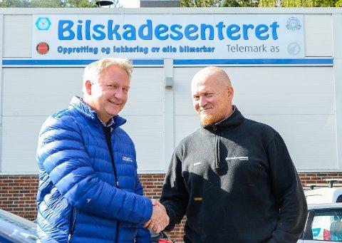 FORNØYDE: Daglig leder Erik Christian Wang ved Grenland Bilservice og daglig leder Stian Johansen ved Bilskadesenteret i Telemark brukte ikke lang tid på å bli enige. Nå er Grenland Bilservice en av fire eiere av Bilskadesenteret.