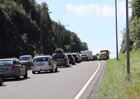 LANGE KØER: Ulykken førte til store forsinkelser på E18 søndag ettermiddag. Foto: DI Media AS