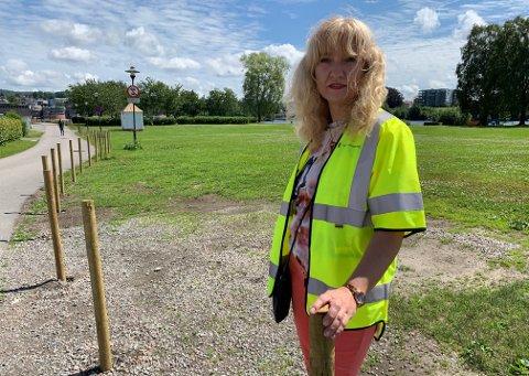 HINDRER PARKERING: Bygartner Tone Kvålsgard mener det var nødvendig å sperre av gresset for parkering.
