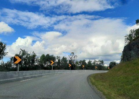 SIKRET: Tidligere i sommer ble det støpt et nytt rekkverk i den ulykkesutsatte svingen ved Skinnarbu - på fylkesvei 37 mellom Rjukan og Rauland.