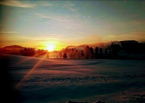 Litt nedenfor Gvarv var det vakkert, men kaldt mandag formiddag da solen kom over åskanten