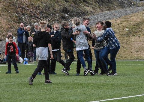 SCORING: Elevene omfavner hverandre etter å ha utlignet mot de voksne. Kampen endte til slutt 3-1 til de små.