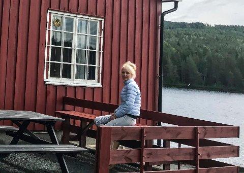 Er på plass: Anne Sofie Hammer Vosgraff sitter  klar til å ta fatt på jobben med den daglige drifta av Elgsjø kafe. (Privat foto)