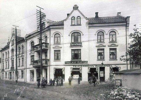 Anno 1907:  Hefre-gården er et smykke i byen som dessverre har falmet. Dette bildet er tattr i byggets tidlige historie. Nye, lokale eiere ønsker å sette bygget tilbake i fordums prakt. Leger og tannleger hadde både kontorer og prakisen sin i gården. (Foto: Telens historiske arkiv.)