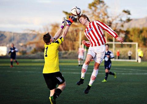 Averøykameratenes Christoffer Folland er mest målfarlig med føttene, men han er ikke ueffen på hodet heller.