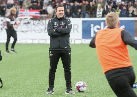 KONSENTRERT: Øyvind Leonhardsen følger nøye med under spillernes oppvarming foran kampen mot Viking. Mjøndalen misset første matchball, men Leo har fortsatt tro på at det blir opprykk til eliteserien.