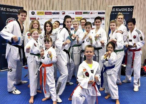 På camp: Aaron Cock (helt til venstre) og Bianca Walkden (i midten) har begge VM-gull i taekwondo. Nylig var de med på fightcamp på Inderøy og ga tips og råd til utøvere i Tustna Taekwondoklubb. Vi ser Linea B. Winje (foran fra venstre), Liza Svedova, Elias Hoffmann, Alvrun Lyngvær Bergli, Anny Golmen Leh (bak fra venstre), Linea Golmen Lev, Balder Lyngvær Bergli, Marius B. Winje, Theodor Engvik Aasen, Thea Engvik Aasen, Maria Hoffmann, Joakim B. Winje, Susann Roth og Robin Bergli.