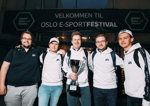 Nm-vinnere: Pål Kammen (fra venstre), Sander Nordeide Iversen, Anders Kjær, Kristian Kornbakk og Ole Kristian Langan var best i Counter-Strike. Foto: Fahil Anweri, Apeks