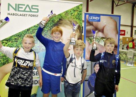 Best i sjakk: Alexander Olsen Normann (fra venstre), Elijah Solskjær, Viljar Skaufel Sæter og Isak Berner-Jenssen fikk premie etter å ha spilt sjakk i Dahlehallen torsdag.