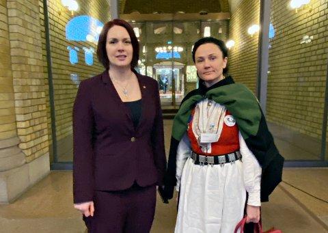 Anja Solvik (til høyre) fra Bunadsgeriljaen møtte tirsdag Åshild Bruun-Gundersen, som leder Fremskrittspartiets helsefraksjon.