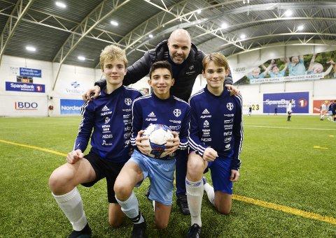 Klar for cup: Oscar Kanestrøm (fra venstre), Nikola Nikolov og Lucas Lunder skal spille i Slatlem Cup senere i vinter. Cupgeneral Jan Trygve Pedersen forteller at det hele starter med gutter 14 år i helga.