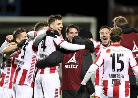 Opprykksjubel: Erlend Sivertsen (til høyre) og Tromsø spilte 1-1 mot Raufoss søndag. Det betyr at Gutan er tilbake på øverste nivå i norsk fotball neste år. Foto: NTB