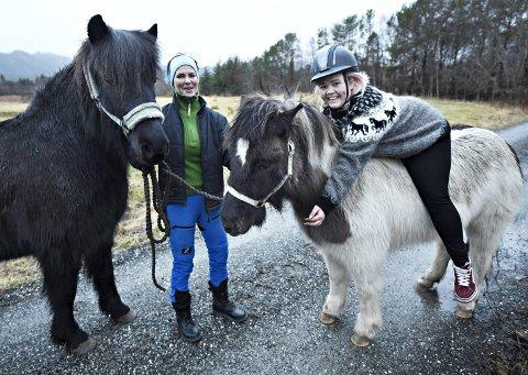 Håp: Kristin Gjertsen (til venstre) og Monica Bårli Kjærstad håper de kan berge Averøy Hestesportsklubb.