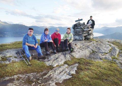 Turfolk: Jakob Teilgård (fra venstre), Kristin Nastad, Marianne Haugen, Inger Marie Bævre og Dag André Bekken på toppen av Vettafjellet. Foto: Willy Vatn