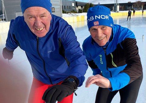 Den femte S-en: Den pensjonerte TK-journalisten Roald Sevaldsen (til høyre) fikk gå noen runder på glattisen på Leangen sammen  med Jan Egil Storholt.