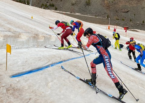 FØRST: Erik Kårvatn (nærmest kamera) på tur opp til første skiftesone der skiene skal inn i sekk og «booting» ( på godt norsk, springe på føttene) videre. Her avanserte han veldig bra og kom først til topps. Senere fikk han startnekt i finalen fordi den skia var ti gram for lett.