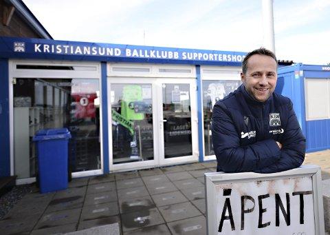 Truls Skar Helland forteller at supporterbutikken til KBK skal utvides. Det betyr dobbelt så stor butikk som i dag, men bygget vil ikke stå klart før neste år.