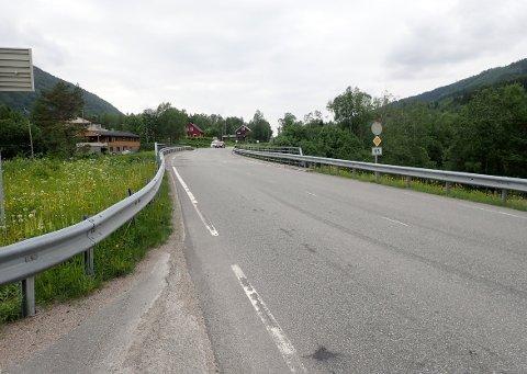 UTBEDRING: Folla bru i Øvre Surnadal skal utbedresfor 20 millioner kroner. I byggeperioden blir det trafikk kun i en retning om gangen. Trafikken blir derfor lysregulert fra oktober i år til mai neste år.
