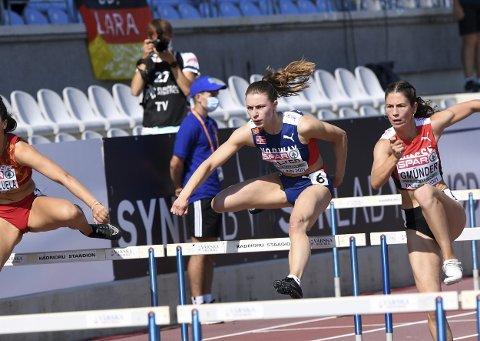 I em: Lisa Wilker fra Tingvoll var med i mangekamp under U20-EM i Tallinn sist helg. Her løper hun 100 meter hekk. Tiden ble 14,67. Foto: Decabild