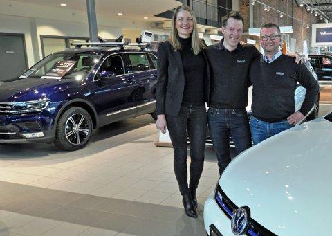 I MEDVIND: Daglig leder Marte Helleland ved Møller Bil i Sandefjord (fra venstre), serviceleder for Volkswagen, Morten Bøhler Ludvigsen og selger av nyttekjørtøy, Jørgen Eriksen, gleder seg over utviklingen.