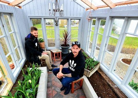 UTE OG INNE: Drivhuset gir enfølelse av å være ute samtidig som du er inne. Erik Andreas Felle og Morten Arnesen høster egendyrket mat i egetbygget drivhus.