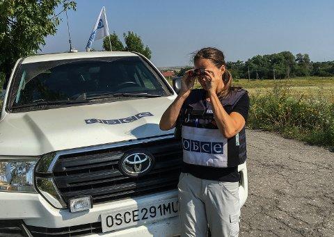 HAR DET BRA: Boforholdene kan være kummerlige, og hver dag må Eva Ulland fra Andebu dra på seg en 12 kilo tung skuddsikker vest. Hverdagen kan være farlig. Likevel sa hun opp jobben i DSB for å være fredsobservatør i Øst-Ukraina for Organisasjonen for samarbeid og sikkerhet i Europa, OSSE.