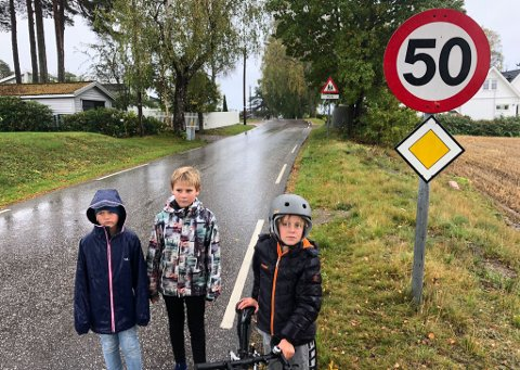 SKUMMEL STREKNING: Herman Wiktorin (7), Einar Grande Austad (10) og Mikkel Berg (10) må passe seg når de ferdes langs den svingete og kuperte Husvikveien. Her er det ikke noe fortau. – Bilene kommer fort, sier de.